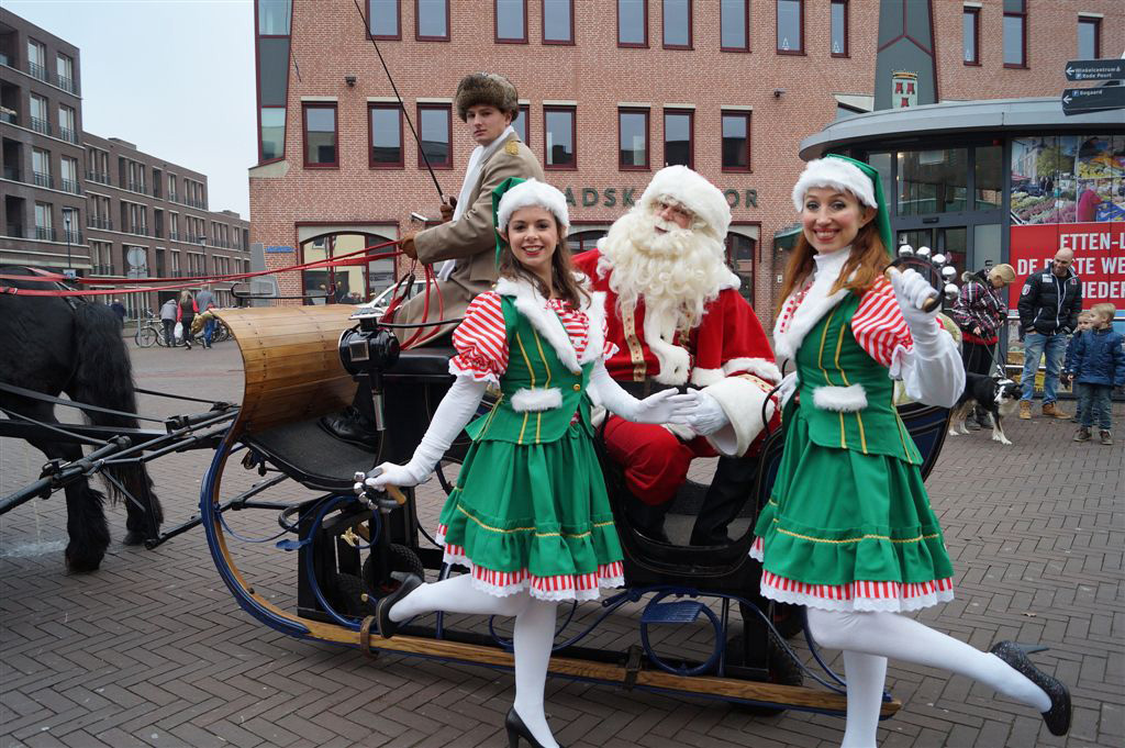Kerstman en Kerstelfjes in arreslee - acteurs en actrices