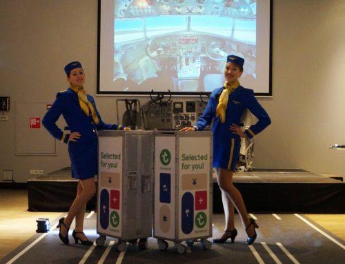 Stewardessen met cateringtrolley bij Nieuwjaarsbijeenkomst Madurodam
